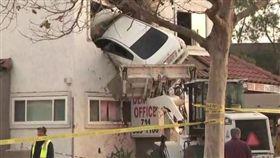 美國加州超離奇車禍,轎車超速飛起插入2樓建築物。(圖/翻攝KTLA)