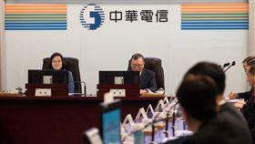蔡英文總統15日上午視察中華電信公司「網路資安監控應變中心」。(圖/總統府提供)