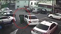 有事嗎?賓士倒車撞凹BMW 下車摟妹當沒發生