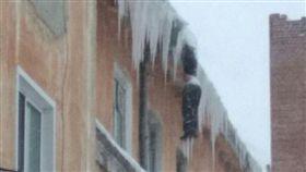 俄羅斯發生離奇命案,一名男子凍死在屋頂邊緣,身體有如冰柱。(圖/翻攝自vse42)