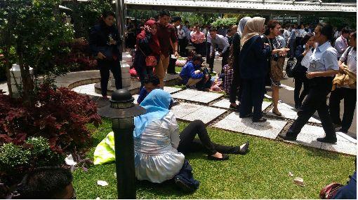 印尼證交所坍塌 民眾受傷待援印尼證券交易所15日中午發生室內夾層建築物坍塌意外,許多民眾受傷待援。中央社記者周永捷雅加達攝  107年1月15日