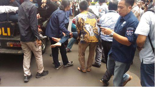 印尼證交所坍塌 70多人受傷印尼證券交易所15日中午發生室內夾層建築物坍塌意外,受傷民眾被緊急抬上救護車。中央社記者周永捷雅加達攝 107年1月15日