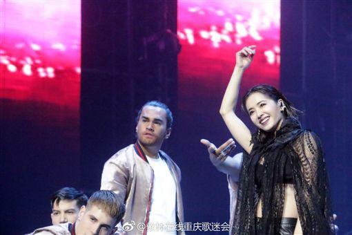 ▲蔡依林演唱會上帶來《捉妖記2》主題曲《什麼什麼》。(圖/翻攝自依林在線重慶歌迷會)