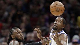▲Kevin Durant(右)攻下全隊最高32分8助攻5籃板。(圖/美聯社/達志影像)