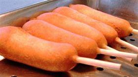 女子不滿店員沒馬上給點數,把吃完熱狗的竹籤丟向對方,下場是要賠1萬元。(圖/翻攝維基百科)