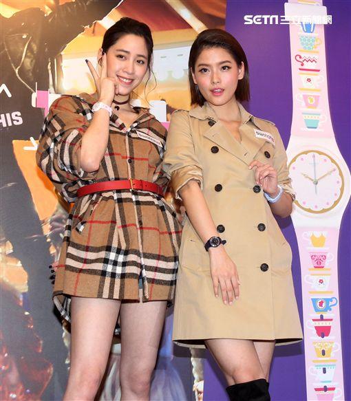 歐陽妮妮、王樂妍搭乘雙城巴士,翻玩倫敦時尚風。(記者邱榮吉/攝影)