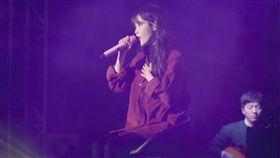IU在花絮中吐槽經紀人韓特的追星行為。(圖/翻攝自YouTube)