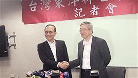 林全:做有實權的董事長 盼助東洋國際化前行政院長林全(左)正式接任台灣東洋董事長,將幫東洋走向國際化,初步營收目標是10億美元。中央社記者韓婷婷攝 107年1月16日