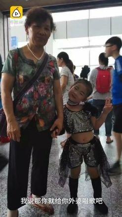 中國大陸,5歲女童唱歌呼喚昏迷的外婆(圖/翻攝自梨視頻)
