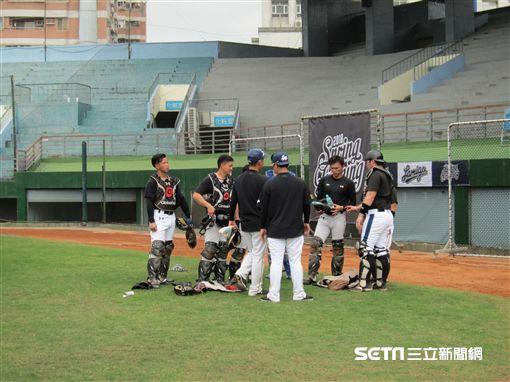 ▲Lamigo春訓高達8名捕手一起練球。(圖/記者蕭保祥攝)