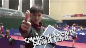 ▲江宏傑與陳建安一同拍攝ITTF的小桌球台PK遊戲。(圖/翻攝自江宏傑臉書)