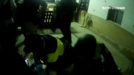 警察遭嫌犯開槍 子彈險從頭上飛過