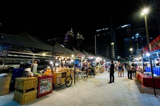 不少大陸人到泰國,都會前往TALAD NEON夜市。(圖/翻攝椰子網)