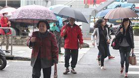 雙北基宜大雨特報中央氣象局預報,台灣20日受東北季風及華南雲雨區影響,北台灣陰雨溼冷,氣象局持續針對台北市、新北市、基隆、宜蘭4縣市發布大雨特報。中央社記者徐肇昌攝  106年11月20日
