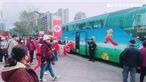 「德國舊馬克協會」前往101大樓抗議德國在台協會,警方舉牌警告後眾人隨即搭遊覽車離去(翻攝畫面)
