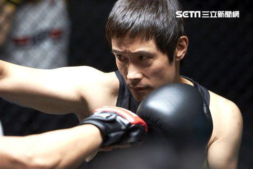 ▲李秉憲在電影《那才是我的世界》飾演落魄拳擊手。(圖/GaragePlay提供)