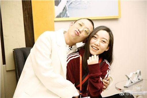 ▲GAI與未婚妻在《歌手2018》節目現場曬恩愛。(圖/翻攝自新浪微博)