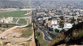 美墨邊界,左方為美國聖地牙哥,右方為墨西哥蒂華納。(圖/翻攝維基百科)