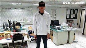 許、陳2名詐騙集團車手,因喜愛金光布袋戲角色「黑白郎君」,犯案時均穿著黑色或白色的服飾,警方以此特點逮獲2人,訊後依詐欺罪移送法辦(翻攝畫面)