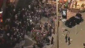 巴西里約熱內盧發生重大車禍,汽車失控衝撞海灘人群(圖/翻攝自推特)