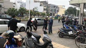 演習,東港分局,大媽,亂入,雨傘,歹徒,搏鬥,誤會 圖/翻攝畫面