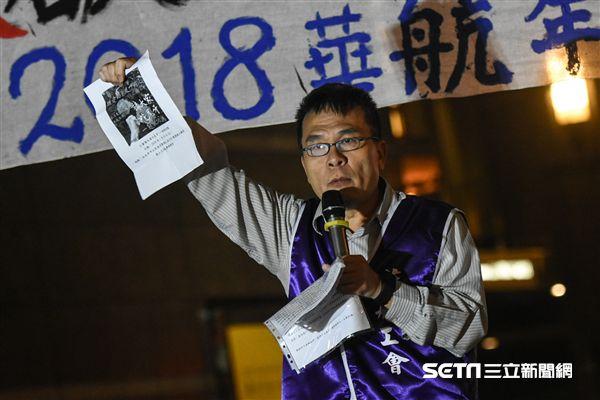 華航企業工會成員聚集華航台北公司抗議,理事長劉惠宗。 圖/記者林敬旻攝