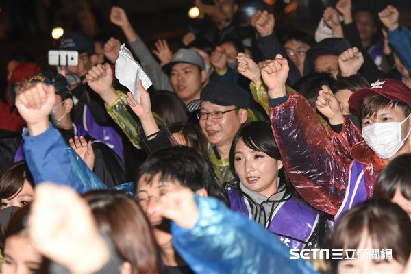 華航企業工會成員聚集華航台北公司抗議。 圖/記者林敬旻攝