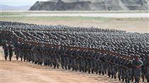 中共軍改 陸軍員額首度降到一半以下中共官媒新華社18日發布,中共解放軍實施軍改兩年來,陸軍占全軍總員額比例下降到50%以下,這是人民解放軍歷史上的第一次。圖為7月30日,中國人民解放軍建軍90周年閱兵畫面。(中新社發布)中央社 106年12月19日