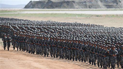 中共軍改 陸軍員額首度降到一半以下中共官媒新華社18日發布,中共解放軍實行軍改兩年來,陸軍占三軍總員額比例降落到50%以下,這是人民解放軍歷史上的第一次。圖為7月30日,中國人民解放軍建軍90周年閱兵畫面。(中新社發布)中央社 106年12月19日