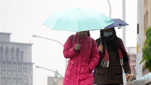 寒流報到  入夜會更冷(2)寒流報到,中央氣象局預報員程川芳說,9日持續濕冷,入夜後會更冷,提醒民眾注意保暖。中央社記者孫仲達攝  107年1月9日