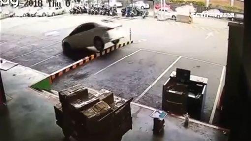 轎車當坦克!三寶硬開分隔島車底損傷