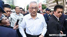反對水利會官派,國民黨動員支持者包圍立法院抗議,國民黨主席吳敦義現身力挺。 圖/記者林敬旻攝
