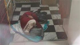 超商店員躲在倉庫裡睡覺(圖/翻攝自爆怨公社)