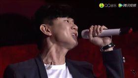 演唱會,歌手,藝人,監聽耳機,表演者,噪音,伴唱帶,聲音,舞台 (圖/翻攝自YouTube)