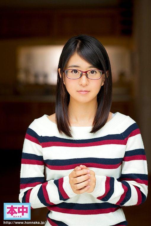 清水健表示,第2位印象深刻的新人女優則是淺倉真凛,和她交纏的過程、反應都很棒,雖然她帶著眼鏡,但淺倉真凛拿下眼鏡後非常可愛。(圖/翻攝自DMM)