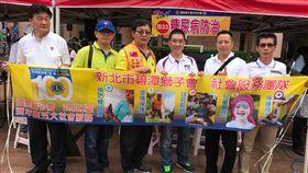 台灣街頭藝人發展協會也由創辦人張博威先生帶領幾位藝人在現場民歌演唱、製作棉花糖、寫春聯....等,讓現場民眾提早體會過年節的氣氛。(國際獅子會300B2區提供)
