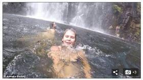 澳女瀑布下嬉戲 意外拍到台男溺斃(圖/翻攝自每日郵報)