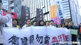 醫護人員輪班間隔時數恐自11小時縮短為8小時,醫護工會今天前往衛福部抗議,堅持11小時輪班間隔。(圖/記者楊晴雯攝)