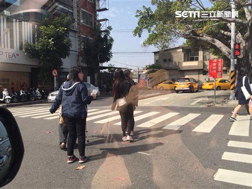 3國高中生女孩攙扶老爺爺過馬路/民眾提供