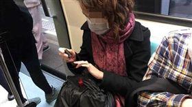 女子在捷運上擦指甲油,味道太臭讓網友怒譙沒公德心。(圖/翻攝爆怨公社)
