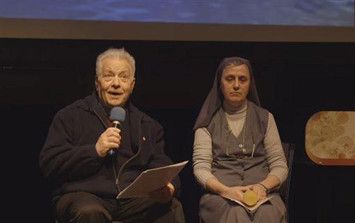 義大利籍天主教神父王秉鈞(左)拿到台灣身分證。(圖/翻攝YouTube)