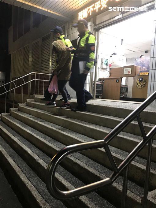新北市樹林警方昨天執行靖黃專案,逮捕一名來台從事賣淫工作29歲來越南籍女子,警方也當場在出租套房裡查獲上門消費嫖客及使用過的保險套,越女向警方表示,自己當初是被友人拐騙來台,原本以為是在工廠工作,但卻是從事性交易不法行為,自己身為兩個孩子的母親,也是逼不得已,如今遭警方逮捕,終於可以回越南老家探視親兒,共享天倫之樂。