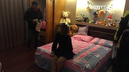 新北市樹林警方昨天執行靖黃專案,逮捕一名來台從事賣淫工作29歲來越南籍女子,警方也當場在出租套房裡查獲上門消費嫖客及使用過的保險套,越女向警方表示,自己當初是被友人拐騙來台,原本以為是在工廠工作,但卻是從事性交易不法行為,自己身為兩個孩子的母親,也是逼不得已,如今遭警方逮捕,終於可以回越南老家探視親兒,共享天倫之樂。 ID-1226284