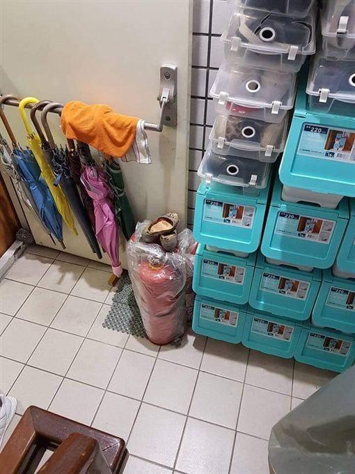 爆怨公社,鞋子,鞋盒,鄰居,收納盒,樓梯間,逃生,雜物(圖/翻攝自爆料公社)