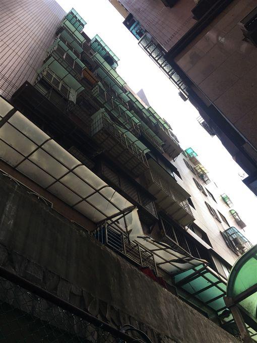新北市,淡水,重建街,北新路,墜樓,尋短,跳樓,命危,翻攝畫面,新北消防局提供