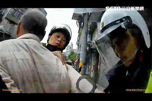 許姓慣竊偷開貨車車門行竊,遭警方通知到案,但他卻矢口否認,孰料隔天一早他又再度犯案,警方將他活逮,訊後依竊盜罪送辦(翻攝畫面)