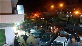 利比亞第2大城班加西(Benghazi)一座清真寺外發生兩起汽車炸彈攻擊案(圖/翻攝自Nadia Ramadan推特)