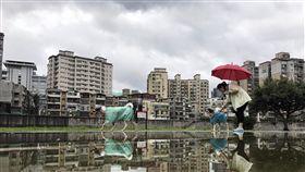 北台灣氣溫溜滑梯中央氣象局預報,入秋最強鋒面18日報到,加上東北季風增強,北台灣氣溫像溜滑梯,天氣轉濕冷,北部及東北部降雨最明顯,易有瞬間大雨,請民眾留意天氣變化。中央社記者孫仲達攝 106年11月18日