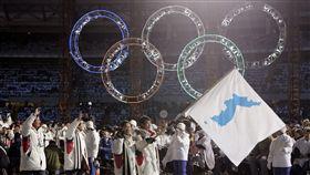 ▲2006年義大利杜林冬季奧運時南北韓曾共舉統一旗進場。(圖/美聯社/達志影像)