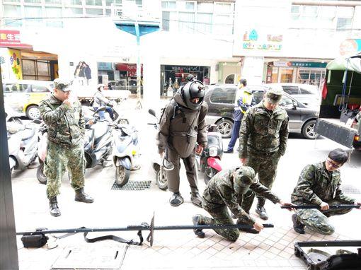 新北市,新莊,民安街,手榴彈,國軍,未爆彈處理小組,道具,生鏽,翻攝畫面,警方提供